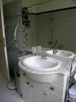 Waschplatz in hochglanz weiß, 3 türig , 2 Schubladen mit Halogenbeleuchtung, Steckdose, Waschbecken