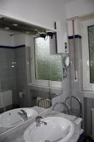 Foto 2 Waschplatz in hochglanz weiß, 3 türig , 2 Schubladen mit Halogenbeleuchtung, Steckdose, Waschbecken