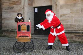 Weihnachtsmann / Wichtel mit Drehorgel - Leierkasten