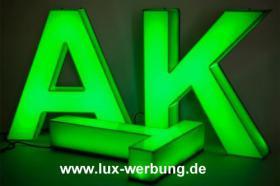Foto 4 Werbeschilder mit LED Beleuchtung Leuchtschilder Leuchtkästen Werbekästen Leuchtbuchstaben 3D Plexibuchstaben mit LED Außenwerbung