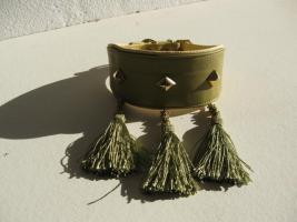 Foto 2 Windhundhalsband oliv HW 30-33cm  3 Ziernieten 3 Troddeln