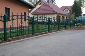 Foto 2 Zäune aus Polen: schmiedeeiserne und Doppelstabmatten