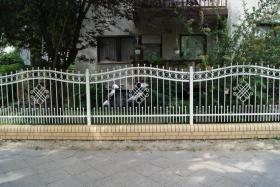Foto 3 Zäune aus Polen: schmiedeeiserne und Doppelstabmatten