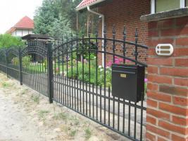 Zaun aus Polen , Metallzaune. Tore Tor, Gelander, FensterGitter