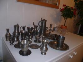Zinnsammlung: Krüge, Becher, Stamperl, Kerzenleuchter etc.