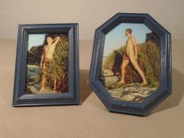 Zwei männliche Akte mit Holzrahmen und Glas