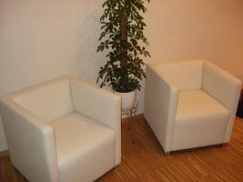 Zwei sehr gut erhaltene, schöne, moderne & kaum benutzte weiße Sessel zu verkaufen