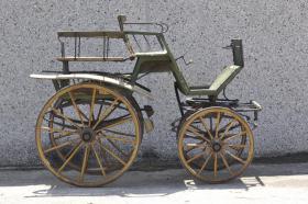Foto 2 alte Linzer Wagonette (Pferdewagen)