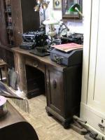 viele verschiedene antike Schreibtische bieten wir Ihnen