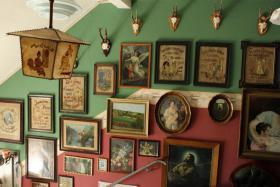 im ganzen Treppenhaus hängen allerlei Bilder