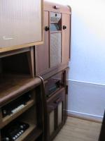 verschiedene alte radios und standgeräte